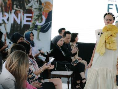 Model menampilkan rancangan busana saat Road to Indonesia Fashion Week 2020 di kawasan Hutan Kota GBK, Jakarta, Rabu (12/2/2020). Asosiasi Perancang dan Pengusaha Mode Indonesia (APPMI) akan menyelenggarakan Indonesia Fashion Week 2020 pada 1-5 April 2020. (Liputan6.com/Faizal Fanani)
