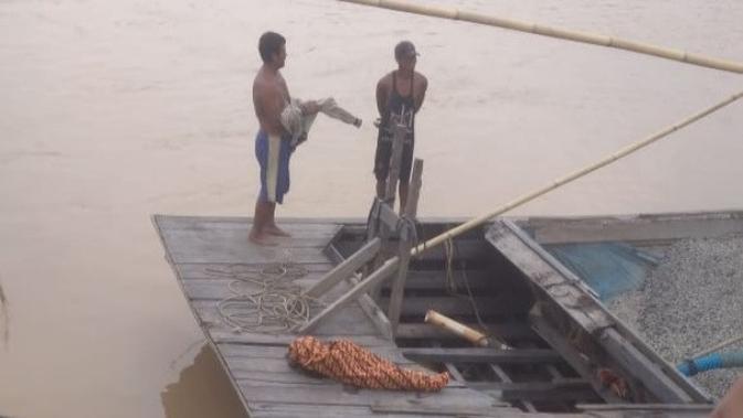 Penambang pasir yang menemukan bocah diterkam buaya di Sungai Indragiri. (Liputan6.com/Dok Basarnas/M Syukur)