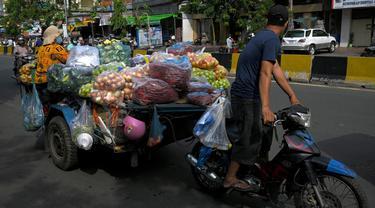 FOTO: Pasar Tutup karena Lockdown, Pedagang di Phnom Penh Jualan di Jalanan