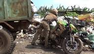 Parkir sembarangan sepeda motor Kawasaki Z1000 dibuang ke TPA oleh dinas kebersihan di Thailand. (@roda2blog)