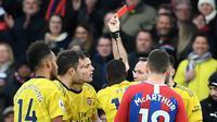 Wasit memberikan kartu merah kepada striker Arsenal, Pierre-Emerick Aubameyang saat melawan Crystal Palace pada laga Premier League di Stadion Selhurst Park, London, Sabtu (11/1). Kedua klub bermain imbang 1-1. (AFP/Daniel Leal-Olivas)