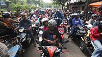 Tampak kendaraan bermotor terjebak kemacetan di akses jalan menuju pintu masuk Kebun Binatang Ragunan, Jakarta, Jumat (1/1). Hal ini terjadi antusiasme warga yang ingin mengisi hari libur Tahun Baru di kawasan Ragunan. (Liputan6.com/Immanuel Antonius)