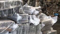 Barang bukti paket kokain ditunjukkan di Hamburg, Jerman (2/8/2019). Bea Cukai Hamburg berhasil mengamankan 200 tas olahraga yang berisi lebih dari 4.200 paket kokain.  (Hamburg Customs Investigation Office/AFP)