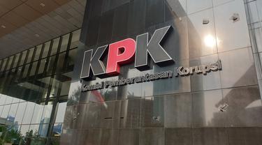 Logo KPK yang sempat tertutup kain hitam kini sudah terbuka usai demo ricuh, Jumat (13/9/2019).