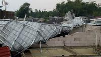 Rumah warga di Perumahan Pusaka Nambo, Desa Sukajaya, Kecamatan Tamansari, Kabupaten Bogor, Jawa Barat yang rusak parah disapu angin puting beliung, Minggu (8/12/2019) petang. (Liputan6.com/Achmad Sudarno)