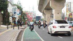 Pengendara sepeda motor melintasi jalur khusus sepeda di Jalan Fatmawati Raya, Jakarta, Rabu (22/1/2020). Kurangnya penerapan sanksi menyebabkan jalur khusus bagi pesepeda tersebut tidak steril dari kendaraan bermotor. (Liputan6.com/Immanuel Antonius)
