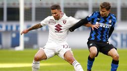 Pemain Inter Milan, Nicolo Barella, berebut bola dengan pemain Torino, Karol Linetty, pada laga Liga Italia di Stadion Giuseppe Meazza, Minggu (22/11/2020). Inter Milan menang dengan skor 4-2. (AP/Antonio Calanni)