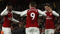 Para pemain Arsenal merayakan gol yang dicetak Mesut Ozil ke gawang Liverpool pada laga Premier League di Stadion Emirates, London, Jumat (22/12/2017). Kedua klub bermain imbang 2-2. (AFP/Adrian Dennis)