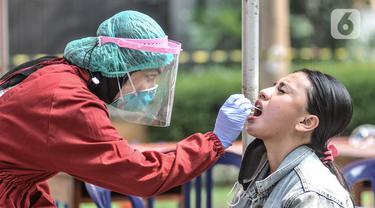 FOTO: 22 Orang Positif COVID-19, Warga Zona Merah Kayu Putih Jalani Tes PCR