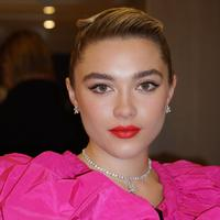 Makeup dan hairdo Florence Pugh (Foto: Instagram @peterluxhair)