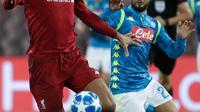 Striker Napoli, Lorenzo Insigne berusaha merebut bola yang dibawa bek Liverpool, Virgil Van Dijk pada pertandingan grup C Liga Champions di Stadion San Paolo, Italia (3/10). Napoli menang tipis 1-0 atas Liverpool. (AP Photo/Andrew Medichini)