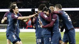 Para pemain PSG merayakan gol Angel Di Maria saat melawan Dijon pada laga Ligue 1 di Parc des Princes stadium, Paris, (17/1/2018). PSG menang telak 8-0. (AP/Thibault Camus)