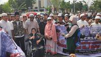 Perwakilan Emak-emak pembela UAS menyampaikan orasi di Mapolda Riau terkait kriminalisasi ulama. (Liputan6.com/M Syukur)