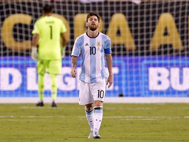 Penyerang Argentina, Lionel Messi berjalan penuh kecewa usai gagal mengeksekusi tendangan penalti pada Final Copa America 2016 di MetLife Stadium, AS, Senin (27/6). Argentina Tumbang lewat Adu penalti atas Chile 4-2. (Adam Hunger-USA TODAY Sports)