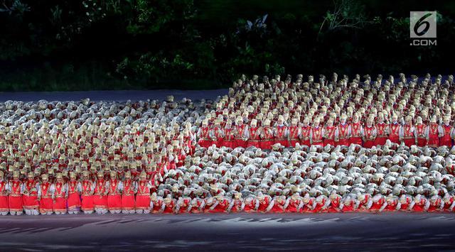 Penari menampilkan tari Ratoeh Jaroe dari Aceh pada pembukaan Asian Games 2018 di Stadion Gelora Bung Karno, Jakarta, Sabtu (18/8). Sekitar 1.500 penari mengenakan busana beragam warna yang menggambarkan kebhinekaan Indonesia. (Liputan6.com/ Fery Pradolo)