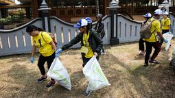 Sejumlah relawan membersihkan sampah di kawasan Taman Mini Indonesia Indah (TMII), Jakarta, Sabtu (15/9). Kegiatan ini mengusung tema Indofood Green Our Lives: I can't Change the World but I can Change Mine. (Liputan6.com/Fery Pradolo)