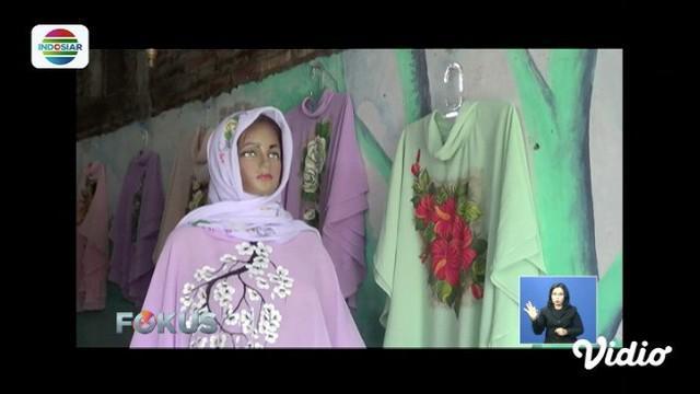 Perajin jilbab lukis di Solo merasakan berkah Ramadan. Pesanan jilbabnya laris manis dipesan pembeli, terlebih jelang hari Lebaran.
