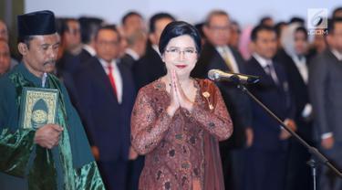 Destry Damayanti memberi isyarat salam saat pelantikan dirinya sebagai Deputi Gubernur Senior Bank Indonesia di Gedung MA, Jakarta, Rabu (7/8/2019). Destry dilantik menjadi Gubernur Senior BI periode 2019-2024. (Liputan6.com/Angga Yuniar)