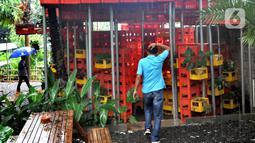 Pegawai bersiap melaksanakan salat di musala yang terbuat dari krat minuman botol di Kebunide, Bintaro, Tangsel, Banten (24/1/2020). Musala yang baru dua bulan dibangun terbuat dari sekitar 800 krat minuman botol  ini didasari pada ide memanfaatkan barang-barang bekas. (merdeka.com/Arie Basuki)