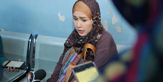 Berbagai cara ditempuh Ria Irawan berjuang melawan kanker yang bersarang dalam tubuhnya. Dari cara beriman sampai cara yang menyimpang dari agama dilakukan demi terbebas dari kanker. (Adrian Putra/Bintang.com)
