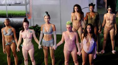 Bella Hadid dan salah satu model yang sedang hamil membawakan lingerie koleksi Savage x Fenty Show pada hari terakhir New York Fashion Week di Brooklyn, Rabu (12/9). Rihanna berkolaborasi dengan Savage merilis koleksi perdana mereka. (AP/Diane Bondareff)