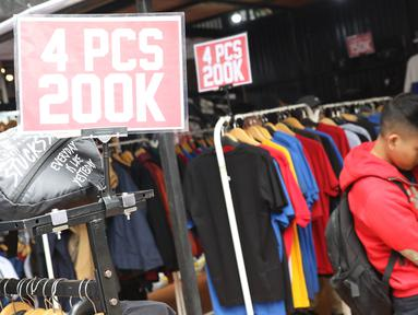 Pengunjung memilih busana yang ditawarkan pada gelaran Jakcloth Year End Sale di Parkir Timur Senayan, Jakarta, Sabtu (22/12). 380 tenant yang menawarkan beragam busana yang rata-rata menyasar pembeli berusia remaja. (Liputan6.com/Helmi Fithriansyah)