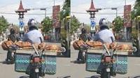 Seorang pengendara sepeda motor di jalanan Boyolali membuat geger pengendara lain lantaran membawa jenazah di atas sepeda motornya. (Ist)