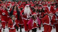 Orang-orang berpakaian seperti Sinterklas mengambil bagian dalam Santa Claus Run di Pristina, Kosovo, Minggu (16/12). Ratusan pelari berpartisipasi dalam lomba lari amal untuk menggalang dana bagi keluarga yang membutuhkan di Kosovo. (AP/Visar Kryeziu)