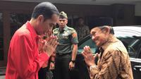 Presiden Jokowi saling berpamitan dengan Presiden RI ke-3, BJ Habibie di Komplek Patra Kuningan Jakarta, Sabtu (16/12). Usai Rakornas PDIP, Jokowi mengantar Habibie ke kediamannya, menggunakan mobil kepresidenan. (Liputan6.com/Pool/Biro Pers Istana)