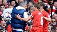 Gelandang Liverpool Steven Gerrard (tengah) mengalami momen buruk saat menghadapi Chelsea di Anfield pada 27 April 2014. (AFP/Andrew Yates)