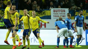 Para pemain Swedia merayakan gol yang dicetak Jakob Johansson ke gawang Italia pada laga Kualifikasi Piala Dunia 2018 di Stadion Friends Arena, Solna, Jumat (10/11/2017). Swedia menang 1-0 atas Italia. (AFP/Soren Anderson)