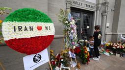 Penggemar berkumpul di luar tempat peristirahatan terakhir Michael Jackson di mausoleum Holly di Terrace Forest Lawn Cemetery, California, Selasa (25/6/2019). Tepat pada hari ini sepuluh tahun yang lalu berita kematian King of Pop Michael Jackson sempat mengguncang dunia. (Robyn Beck/AFP)