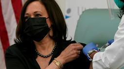 Perawat Patricia Cummings menyutikkan vaksin COVID-19 kepada Wakil Presiden Amerika Serikat terpilih Kamala Harris di United Medical Center di area Washington DC, Selasa (29/12/2020). Kamala Harris mendapat suntikan pertama dari dua suntikan di United Medical Center. (AP Photo/Jacquelyn Martin)