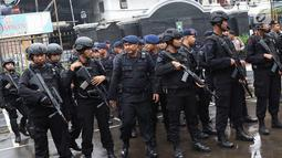 Polisi bersenjata melakukan apel sebelum pengamanan sidang pembelaan terdakwa kasus bom Thamrin, Aman Abdurrahman di PN Jakarta Selatan, Jumat (25/5). Sebanyak 270 petugas gabungan Polri dan TNI mengamankan sidang. (Liputan6.com/Immanuel Antonius)