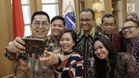 Jajaran manajemen Emtek Group berswafoto bersama Gubernur DKI Jakarta Anies Baswedan saat berkunjung ke Balaikota, Jakarta, Kamis (29/3). (Liputan6.com/Faizal Fanani)