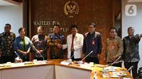 Ketua MPR Bambang Soesatyo (keempat kiri) bersalaman dengan Kepala BPIP Yudian Wahyudi saat menggelar pertemuan di Ruang Ketua MPR, Kompleks Parlemen, Jakarta, Selasa (10/3/2020). Pertemuan tertutup tersebut membahas kerja sama antara MPR dengan BPIP. (Liputan6.com/Johan Tallo)