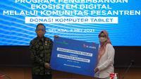 XL Axiata mendonasikan 100 laptop dan akses internet ke-12 pondok pesantren di berbagai daerah di Indonesia, penyerahan donasi dilakukan oleh Presdir sekaligus CEO XL Axiata Dian Siswarini (Foto: XL Axiata).