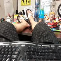 Jangan salah sangka! Bekerja di rumah justru lebih sulit dari kerja kantoran seperti kebanyakan orang. | via: gulpfish.com