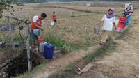 Warga mengambil air bersih di sumur yang tersisa di Kampung Babakan Raden, Cariu, Bogor, Jawa Barat, Kamis (2/8). Sumur tersebut menjadi sumber air bersih utama warga sekampung. (Merdeka.com/Arie Basuki)