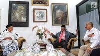 Ketua Gerakan Suluh Kebangsaan, Mahfud MD, Romo Benny berbincang dengan Salahuddin Wahid atau Gus Solah dalam kunjungan ke Pesantren Tebuireng dan ziarah makam Gus Dur di Jombang, Jatim, Rabu (20/2). (Liputan6.com/Johan Tallo)