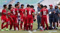 Pelatih Timnas Indonesia U-19, Indra Sjafri memberi arahan pada pemainnya saat melawan Vietnam pada laga AFF U-18 di Stadion Thuwunna, Yangon, Senin (11/9). (Liputan6.com/Yoppy Renato)