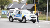 Polisi bersenjata bersiaga di lokasi penembakan di dekat sebuah masjid di Kota Christchurch (AP/Radio NZ)