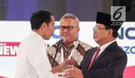 Capres nomor urut 01 Joko Widodo (kiri) dan capres nomor urut 02 Prabowo Subianto saling menghampiri dalam debat kedua Pilpres 2019 di Hotel Sultan, Jakarta, Minggu (17/2). Semua pertanyaan dalam debat kedua ini dirahasiakan. (Liputan6.com/Faizal Fanani)