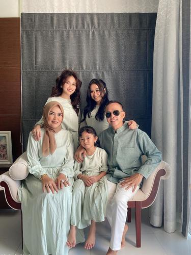 6 Potret Kebersamaan Ayu Ting Ting dan Keluarga Rayakan Lebaran di Rumah Bogor
