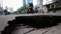 Lebih kurang 50 cm kedalaman jalan yang amblas di depan Wisma Bakrie, Kuningan, Jakarta, (12/8/2014). (Liputan6.com/Faizal Fanani)