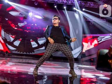 Aksi panggung Vokalis Five Minutes, Richie Setiawan saat tampil di Konser Luar Biasa  Indonesian Soccer Awards 2019 di Studio 6 Indosiar, Jakarta, Jumat (10/1/2020). (Liputan6.com/Faizal Fanani)