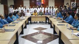 Ketua Pansel KPK periode 2019-2023, Yenti Ganarsih (ketiga kiri-duduk) bersama Kepala RSPAD Gatot Soebroto, Mayjen TNI dr Terawan Agus Putranto (keempat kiri-duduk) memberi sambutan kepada Capim KPK yang akan menjalani tes kesehatan, Jakarta, Senin (26/8/2019). (Liputan6.com/Helmi Fithriansyah)