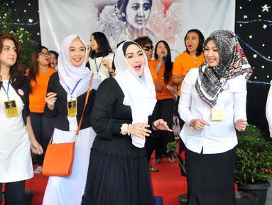 Yayasan Sahabat Kartini menggelar acara halal bihalal di Rutan Pondok Bambu, Jakarta, Senin (3/8/2015). Tampak Eddies Adelia ikut berjoget dalam acara tersebut. (Liputan6.com/Panji Diksana)