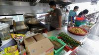 Personel memasak di dapur umum yang didirikan oleh TNI dan Polri di kawasan Kota Tua, Jakarta Barat, Rabu (15/4/2020). Dapur umum ini didirikan sebagai bentuk peduli TNI dan Polri terhadap masyarakat ditengah pandemi Virus Corona (Covid-19). (Liputan6.com/Fery Pradolo)