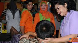 Citizen6, Slipi: Ketua Umum IKKT Pragati Wira Anggini Tetty Agus Suhartono meninjau pelaksanaan kegiatan sunatan missal, yang diikuti oleh 150 anak di RS Patria IKKT Slipi, Jakarta Barat, Rabu (27/6). (Pengirim: Badarudin Bakri)